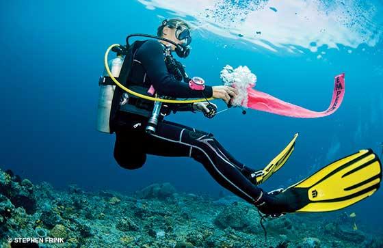 diver deploying dsmb